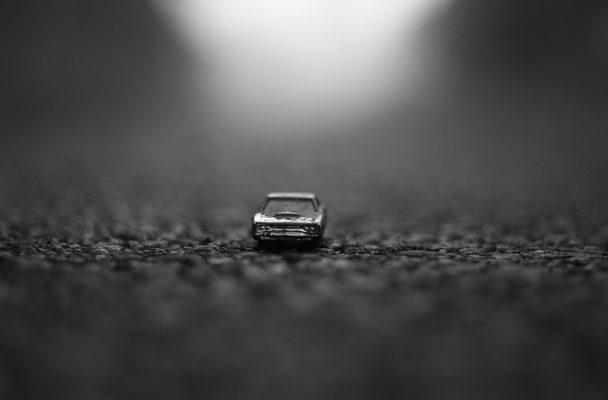 Auto en miniatura. Imagen en blanco y negro
